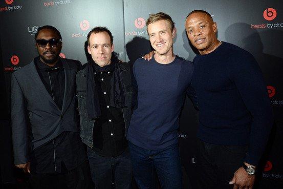 (左から) Will.i.am、Beats Electronics社長ルーク・ウッド、ロジャース、Beats Electronics共同創業者ドクター・ドレー、Getty Images
